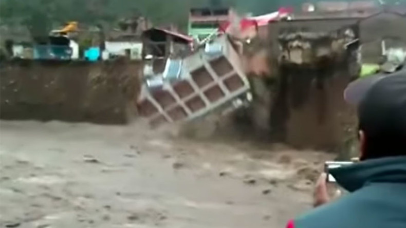 Hotel plunges into Peruvian river during deluge (VIDEO)