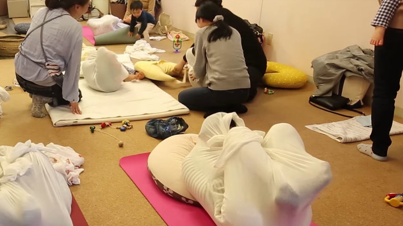 Like child in a womb: Stress-relieving adult wrapping fast becoming trend in Japan (VIDEO)