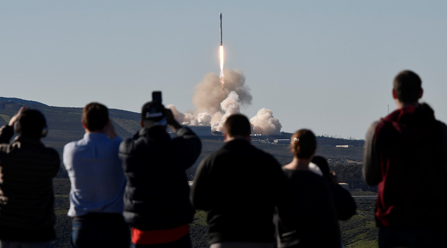 SpaceX follow up Facebook mission failure with triumphant 10 satellite payload launch (VIDEO)