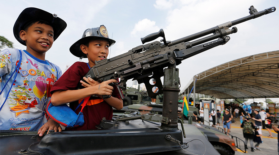 Machine guns are child's play during Thai National Children's Day (VIDEO)