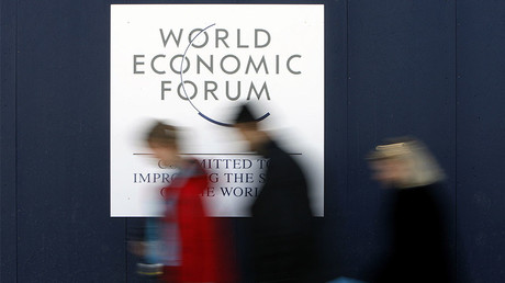 People walk by a World Economic Forum (WEF) logo outside the Congress Centre, venue of the WEF in Davos. © Stefan Wermuth