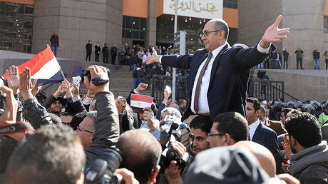 Egyptian lawyer and ex-Presidential candidate Khaled Ali (C), who is marching in support of a ruling against the Egypt-Saudi border demarcation agreement, reacts in front of the State Council courthouse in Cairo, Egypt, January 16, 2017. © Mohamed Abd El Ghany