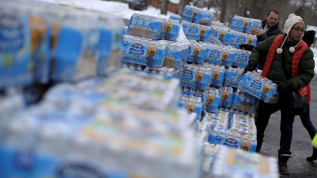 Volunteers distribute bottled water to help combat the effects of the crisis when the city's drinking water became contaminated with dangerously high levels of lead in Flint, Michigan © Jim Young