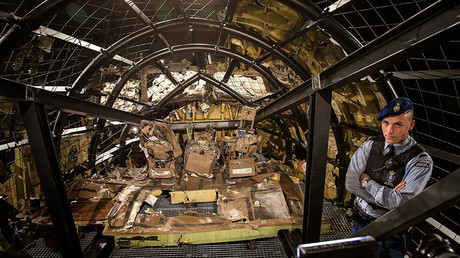 FILE PHOTO: A military policeman stands guard in the cockpit of the MH17 airplane after the presentation of the final report into the crash of July 2014 of Malaysia Airlines flight MH17 over Ukraine, in Gilze Rijen, the Netherlands, October 13, 2015 © Michael Kooren