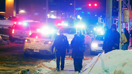 Police officers are seen near a mosque after a shooting in Quebec City, January 29, 2017 © Mathieu Belanger