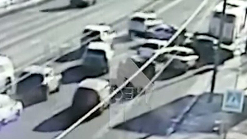 CCTV captures car chase on streets of Moscow (VIDEO)