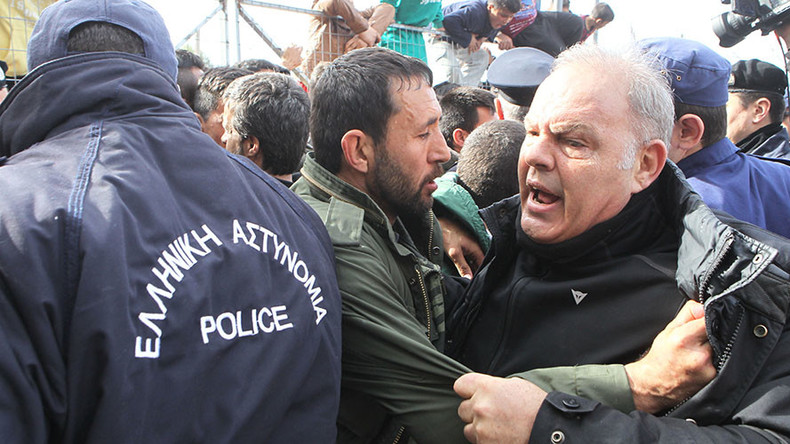 Refugees block Greek immigration minister from camp amid hunger strike (VIDEO)