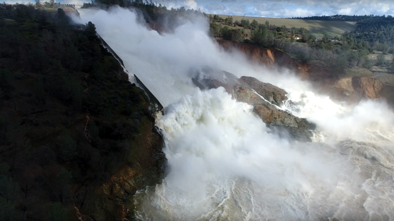 California tallest dam spillway damaged, tens of thousands evacuate