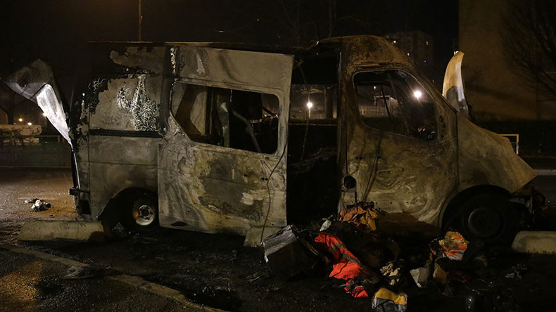 Reporter attacked, 2 cars burned out as anti-police protests rage on in Paris suburbs (VIDEO)