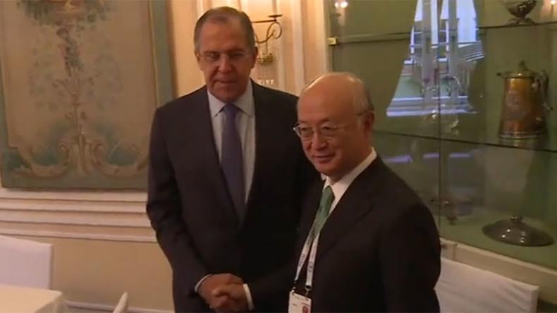 Always vigilant: Lavrov filmed looking for spies behind door (VIDEO)