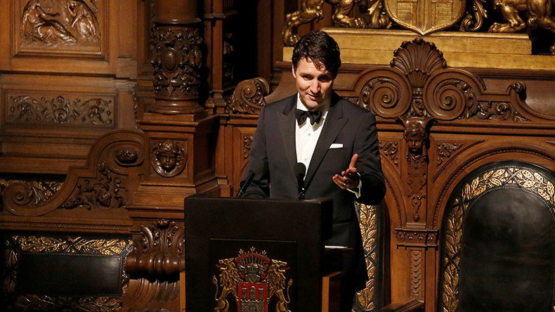 Tuxedoed Trudeau gives ironic but inspiring speech at elite banquet