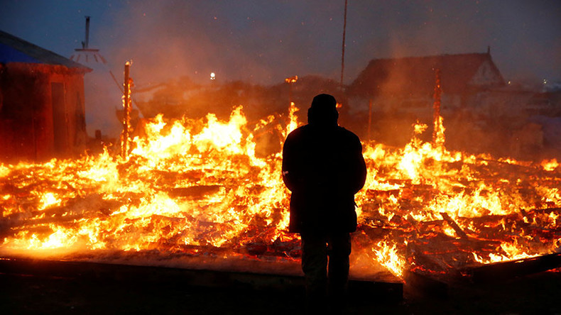 DAPL protesters set tents ablaze ahead of camp evacuation deadline (VIDEOS)