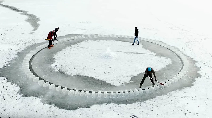 Icy carousel: Merry-go-round carved on frozen river in Ukraine (VIDEO)