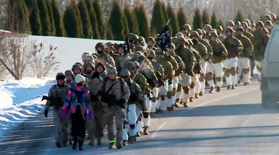 US troops march through Latvian town, woo border guards with arms & equipment (VIDEOS)