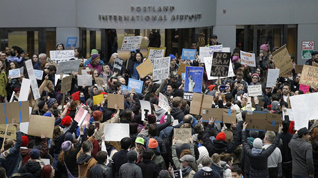 Activists gather at Portland International Airport to protest against  travel ban in Portland, Oregon, U.S. January 29, 2017 © Steve Dipaola