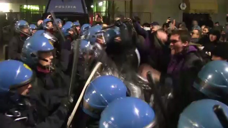 Italian police violently disperse anti-fascist protesters in Modena (VIDEO)