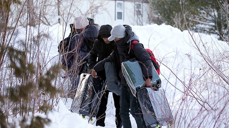A family from Yemen crosses the U.S.-Canada border into Hemmingford, Quebec, Canada February 14, 2017. © Christinne Muschi