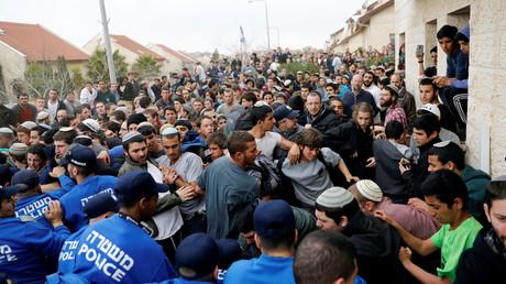 Pro-settlement activists scuffle with Israeli policemen, February 28, 2017. © Ronen Zvulun