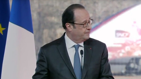 Police officer accidentally fires weapon at President Hollande speech, 2 injured (VIDEO)