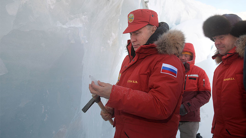 Putin grabs ice pick, carves out shards from glacier in Arctic Russia (VIDEO, PHOTOS)