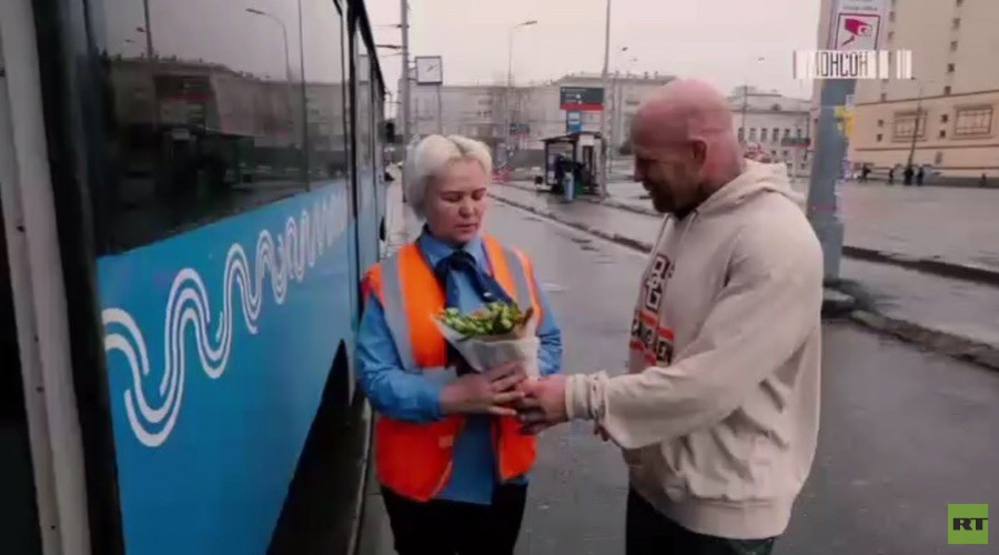 From Russia with Love: #MakeHerSmile campaign lavishes women across the globe with flowers (VIDEOS)