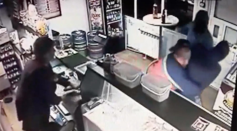 Russian beer lover fights off gun-toting thug to drink in peace (VIDEO)
