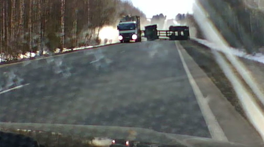 Lumber-jackknife: Russian driver just avoids overturned timber truck trailer in heart-stopping video