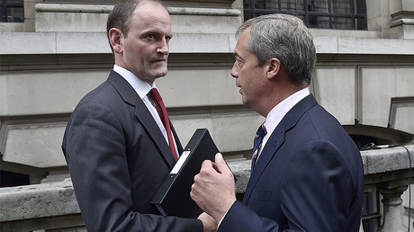 Douglas Carswell (L) speaks to Nigel Farage. File photo. © Toby Melville