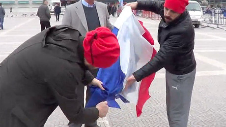 'False flag': Turkish protesters burn wrong tricolor in anti-Dutch government demo (VIDEO)