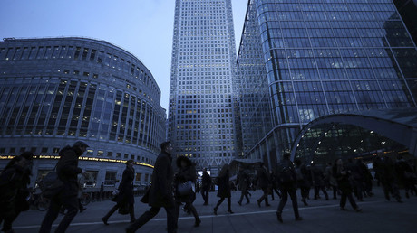 Workers walk to work during the morning rush hour in the financial district of Canary Wharf in London © Eddie Keogh / Reuters
