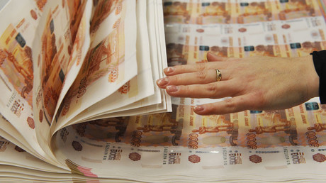 Foreign investors continue bankrolling Russian ruble despite oil slide & key rate cut