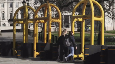 Bollards and barricades pop up in central London following Westminster attack (VIDEO)