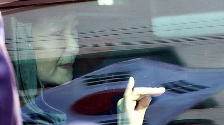 South Korea's ousted leader Park Geun-hye looks out from a vehicle as she leaves her private house in Seoul, South Korea March 30, 2017. © Lim Heon-jeong / Yonhap via Reuters