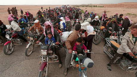 People are fleeing from areas surrounding Euphrates River dam, east of Raqqa city, March 30, 2017. © Rodi Said