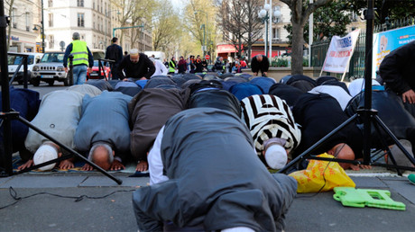 Muslims pray outside to protest mosque closure in Paris (PHOTOS, VIDEO)