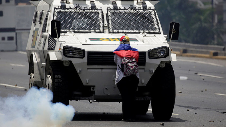 Defiant woman blocks armored truck during anti-Maduro clashes in Venezuela (PHOTOS, VIDEO)