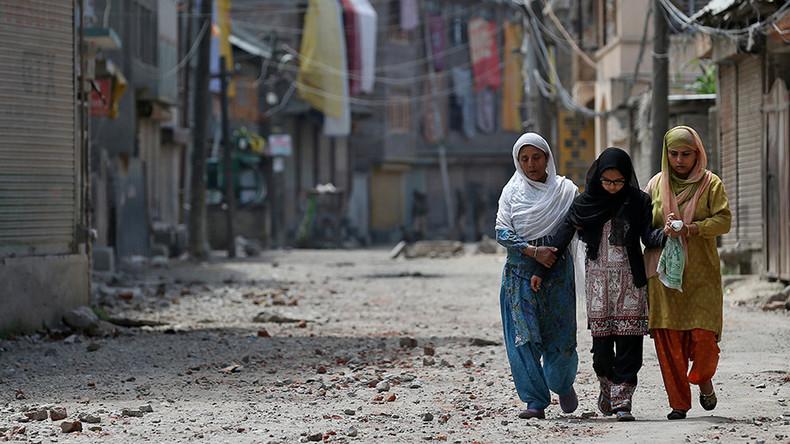 Photojournalist drops camera to help injured Kashmir girl (PHOTO)