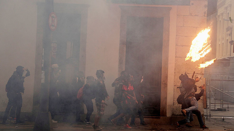 Anti-austerity protesters clash with police, block roads, start fires in Rio (VIDEOS, PHOTOS)