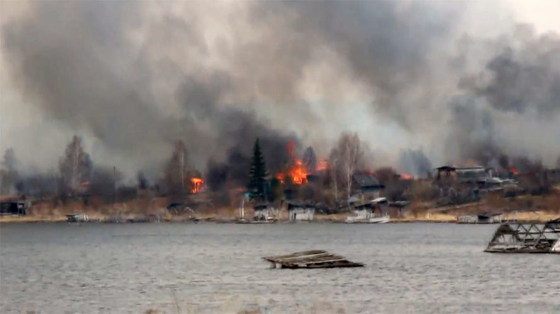 Russian village burns to ground in wildfire sparked by trash-burning local (VIDEOS)