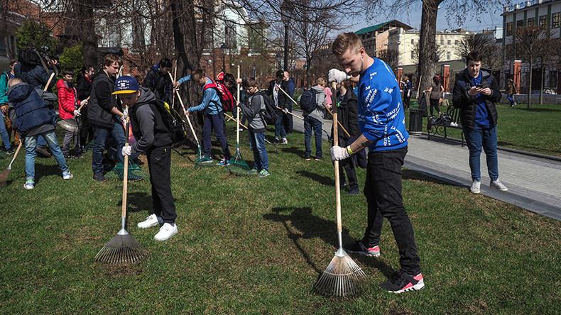 Moscow residents plant trees during 'subbotnik' spring cleaning (VIDEO)