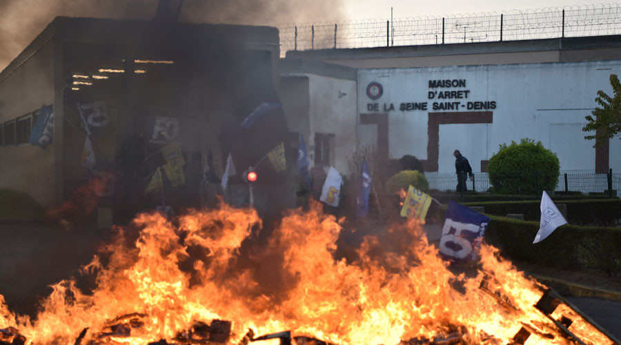 Paris prison guards torch tires to protest poor conditions, 200% overcrowding (PHOTOS, VIDEOS)