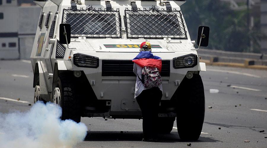 Defiant woman blocks armored truck during anti-Maduro clashes in Venezuela (PHOTOS, VIDEO)