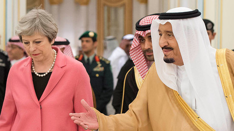 Saudi Arabia's King Salman bin Abdulaziz Al Saud welcomes British Prime Minister Theresa May in Riyadh, Saudi Arabia, April 5, 2017. © Bandar Algaloud / Courtesy of Saudi Royal Court / Handout via Reuters