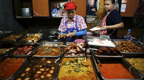 Women work at a street food restaurant in central Bangkok © Damir Sagolj