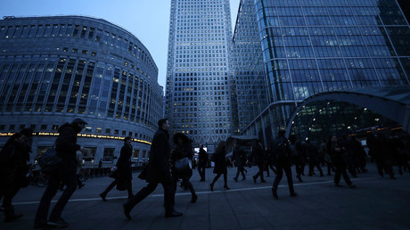Workers walk to work during the morning rush hour in the financial district of Canary Wharf in London © Eddie Keogh