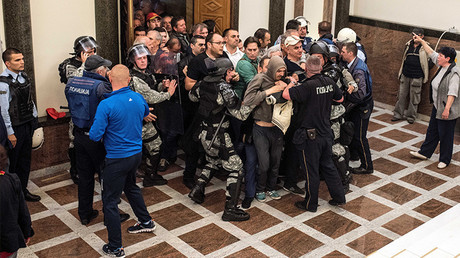 Policemen attempt to contain protesters trying to enter Macedonia's parliament, April 27, 2017 ©