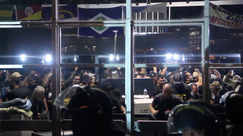 Hundreds of prison workers storm Brazilian Justice Ministry (VIDEO)