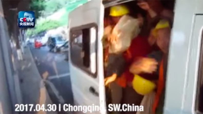 Tight squeeze: 40 builders found stuffed into 6 seater van during insane commute (VIDEO)