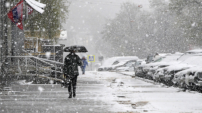 Snow covers Moscow ahead of V-Day parade, on track to break 1922 precipitation record (PHOTOS)