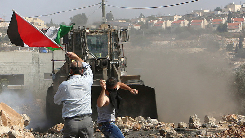 Israeli troops filmed watching idly as settlers throw stones at Palestinians (VIDEO)